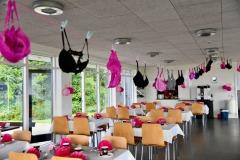 """Flok udsmykning med fokus på """"Støt Brysterne"""" i klublokalerne i Aabenraa Golfklub"""